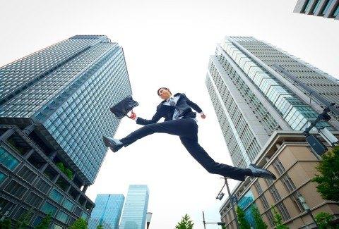 翔ぶビジネスマン
